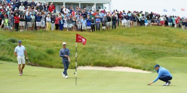 2018 U.S. Open Championship: Preview Day 1 - Lining Up a Putt on No. 18